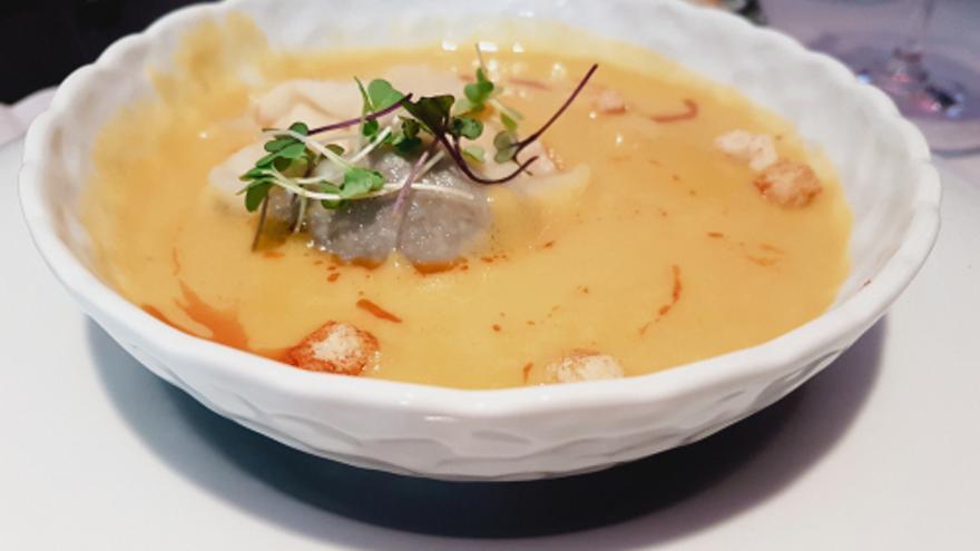 Porrusalda mit Stockfisch, Rucola und Chorizo