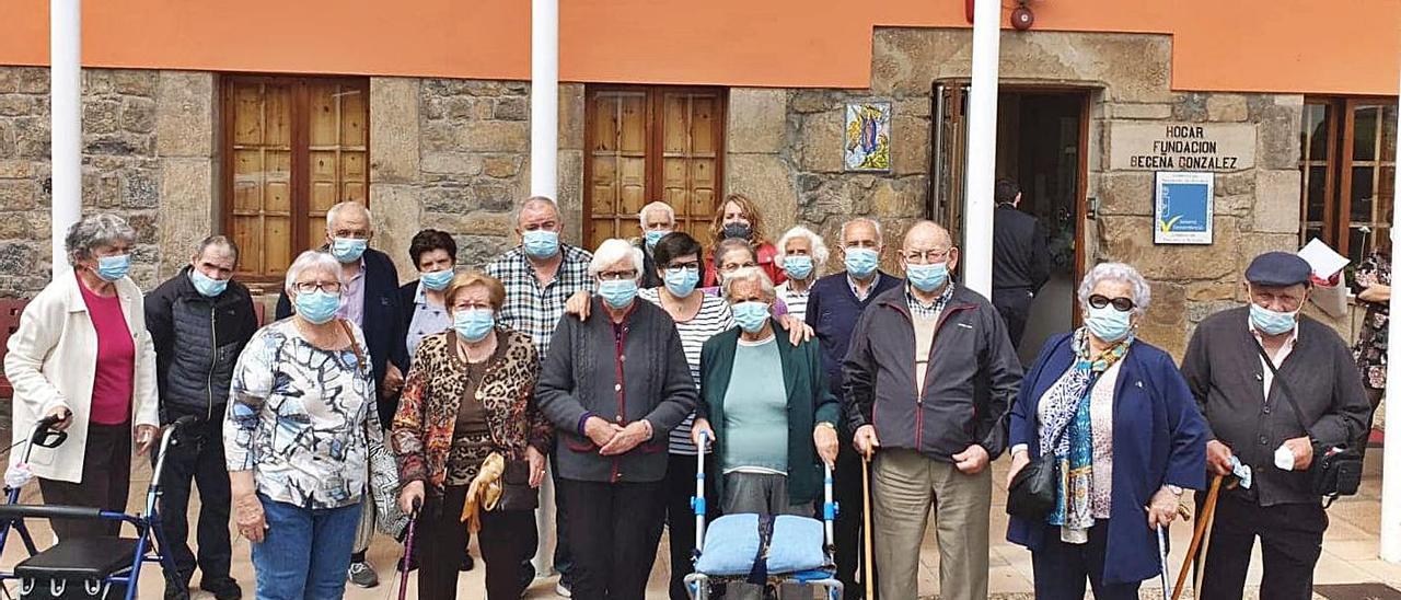 El grupo de abuelos de la residencia de Cangas de Onís que fue a visitar a la Santina de Covadonga | J. M. C.