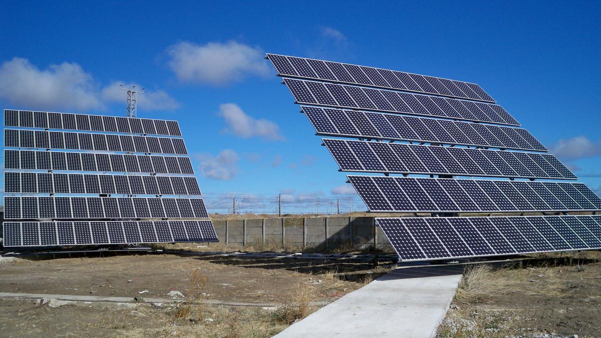 Placas solares en una parcela
