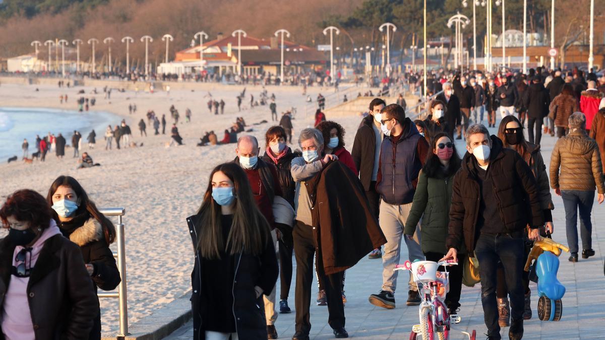 Gente paseando por Samil en plena pandemia de COVID-19.