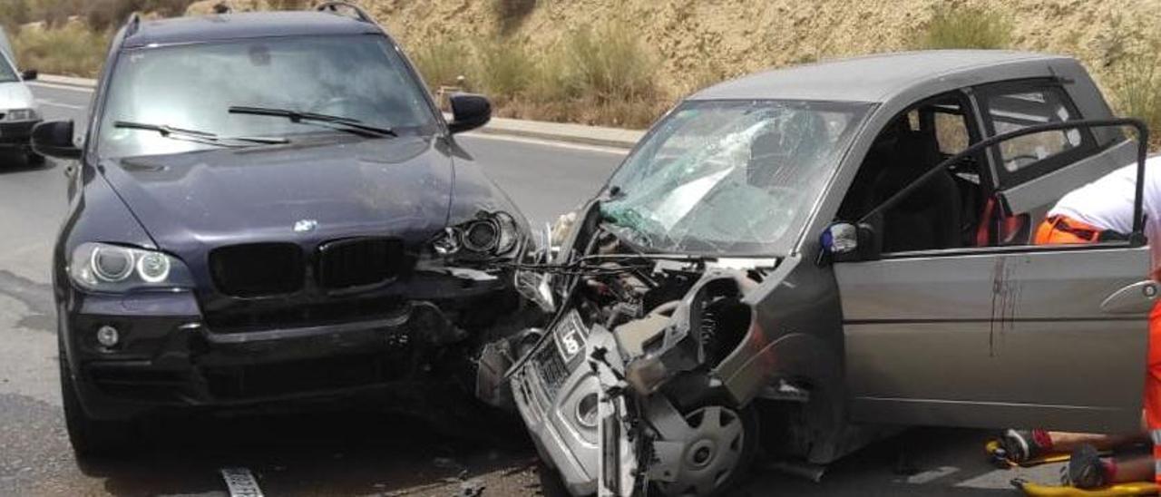 Imagen del estado en el que han quedado los dos vehículos tras la colisión.