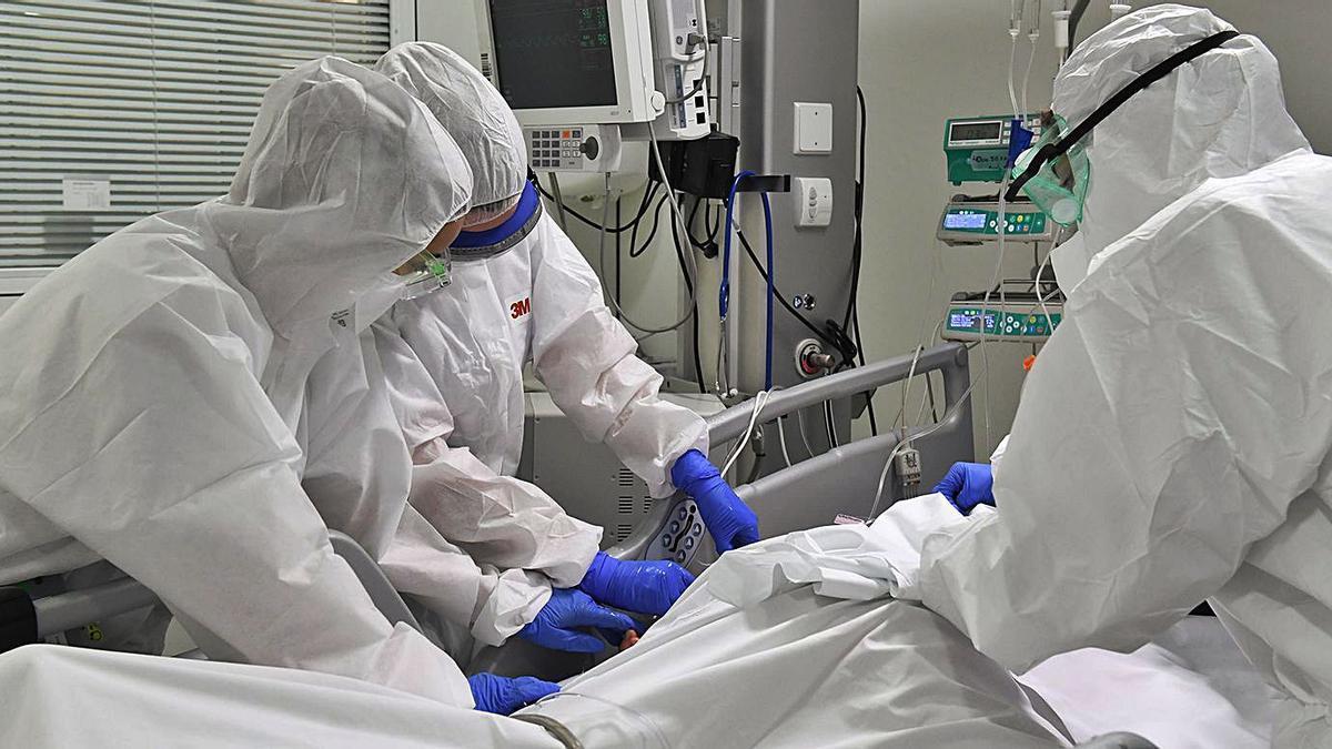 Sanitaris amb un pacient a la UCI a l'Hospital de Sant Joan de Déu de Manresa |