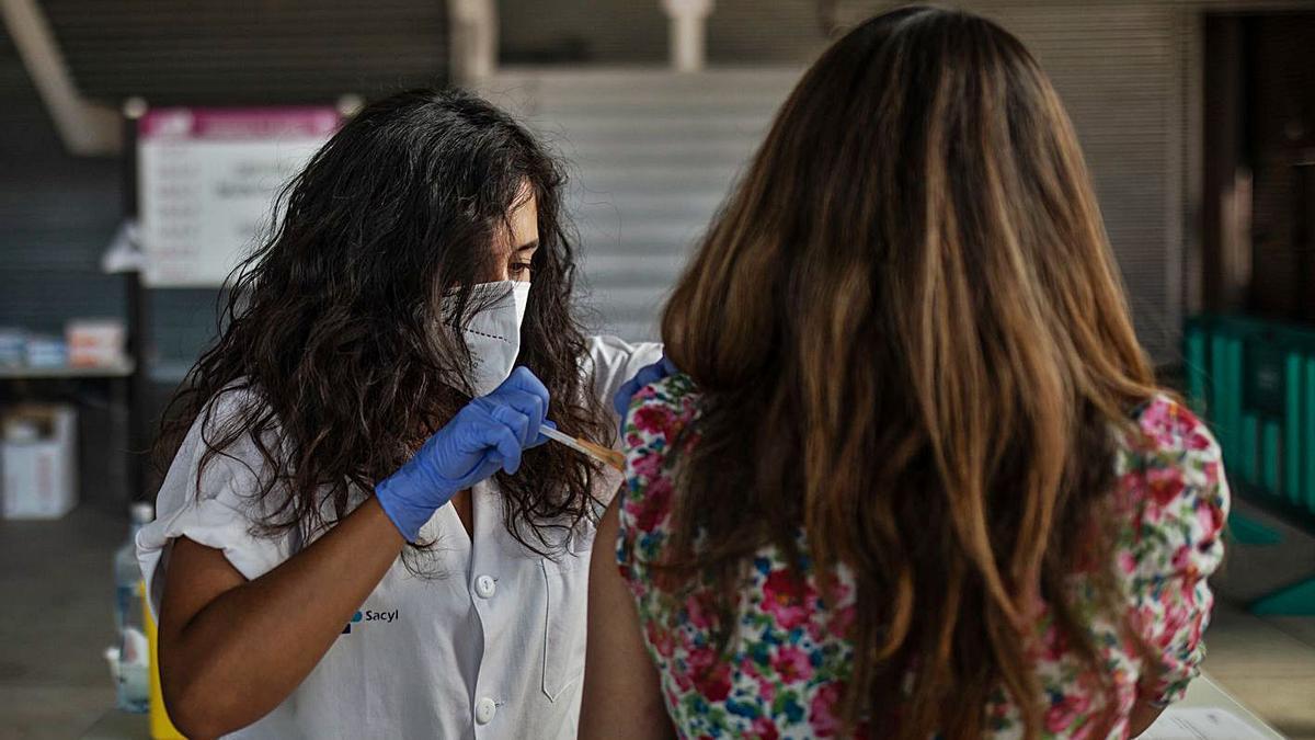 Una mujer recibe la vacuna en el recinto de Ifeza.  