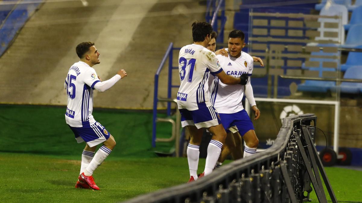 Narváez es abrazado por Azón y Chavarría tras un gol del Zaragoza.
