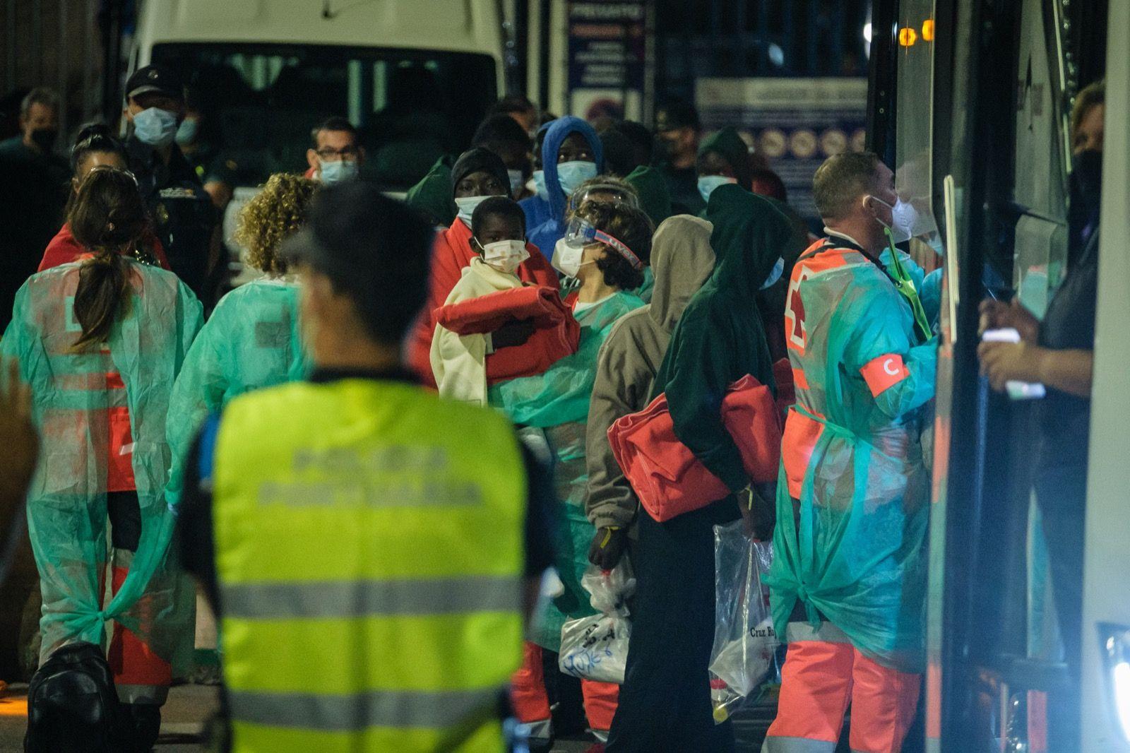 Cuatro hospitalizados entre los otros 32 supervivientes de la patera perdida