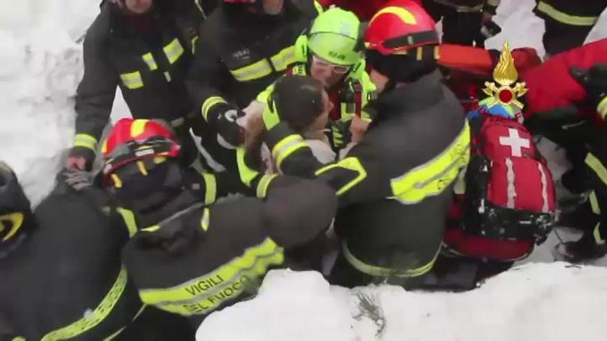 Italia busca sin descanso a los 23 desaparecidos bajo el hotel sepultado por un alud