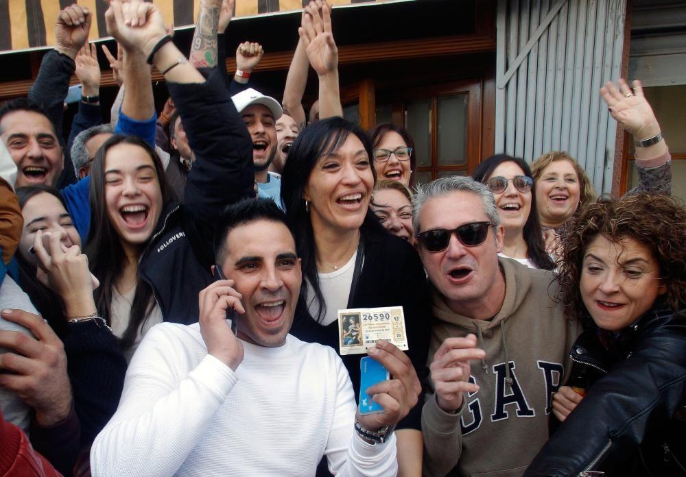 Varios clientes del restaurante Pepe, de San Vicente del Raspeig (Alicante) celebran el 26590, el Gordo.