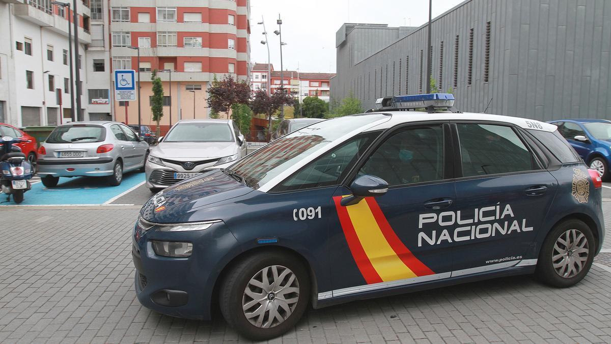 Un vehículo de la Policía Nacional ante los juzgados de Ourense.