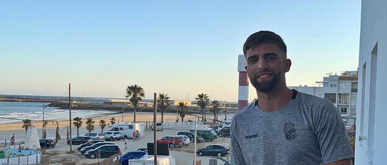 Francisco Jesús Crespo 'Pejiño', en un balcón frente a la playa de su pueblo natal, Barbate (Cádiz), ayer. | | LP/DLP