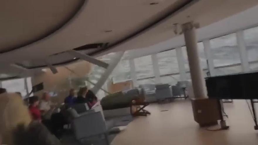 Llega a puerto el crucero 'Viking Sky' tras horas de pánico
