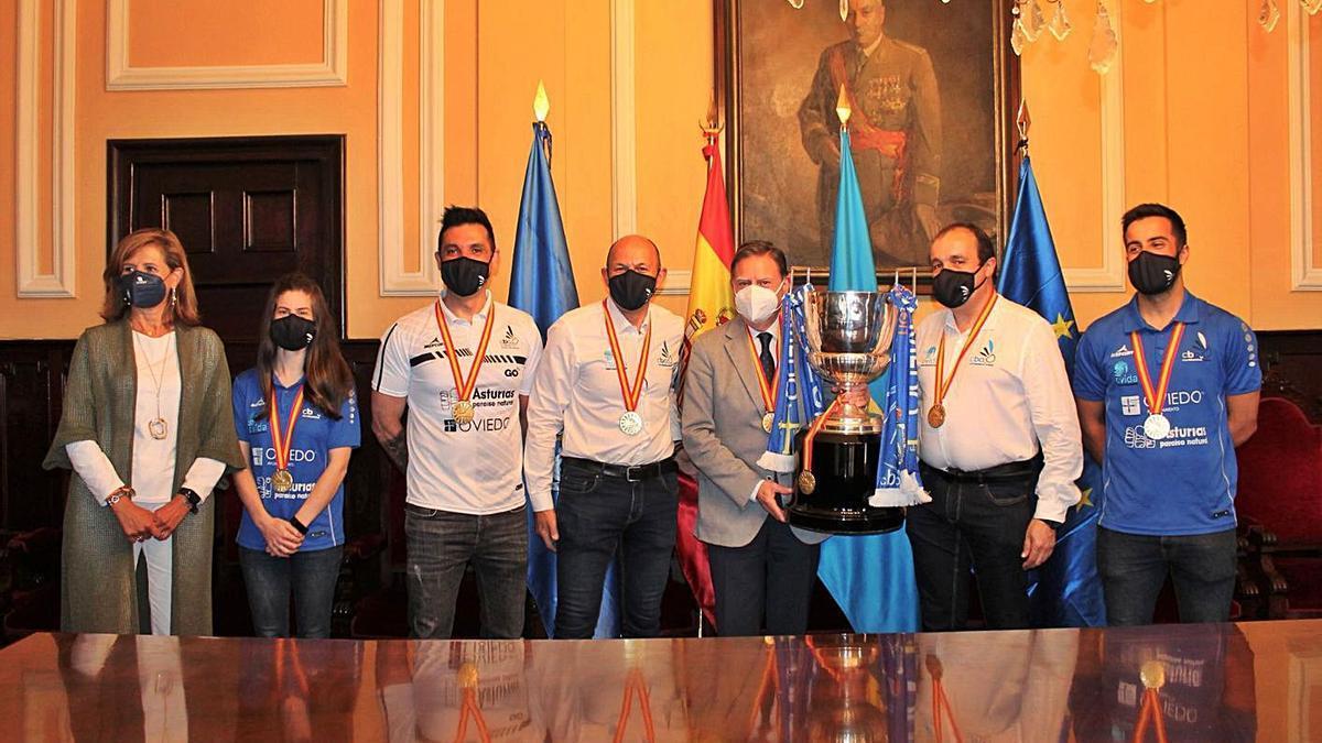 El alcalde Alfredo Canteli recibe a los componentes del Oviedo Bádminton   OB