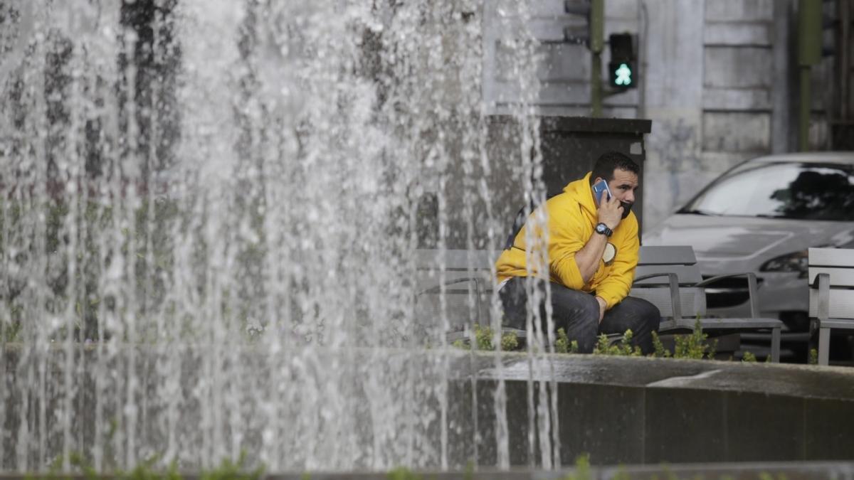 Un hombre habla por teléfono móvil en el centro de Santa Cruz de Tenerife.