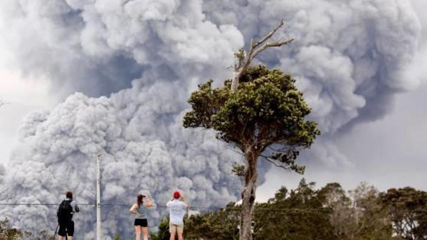 Hawaii L'erupció d'un volcà crea un núvol de 9.000 metres de cendra