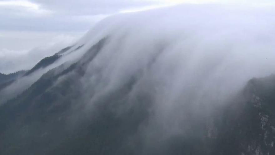 Así es la encantadora cascada de nubes que cae de una montaña china
