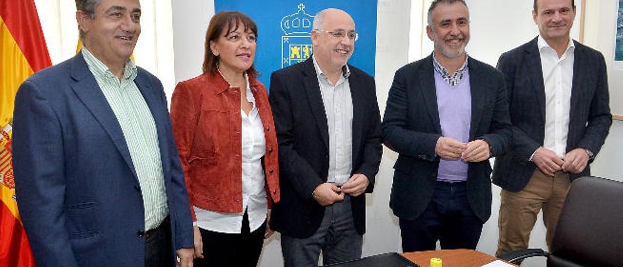 Juan Díaz, Dunia González, Antonio Morales, Ángel Víctor Torres y Óscar Hernández, en Presidencia del Cabildo.