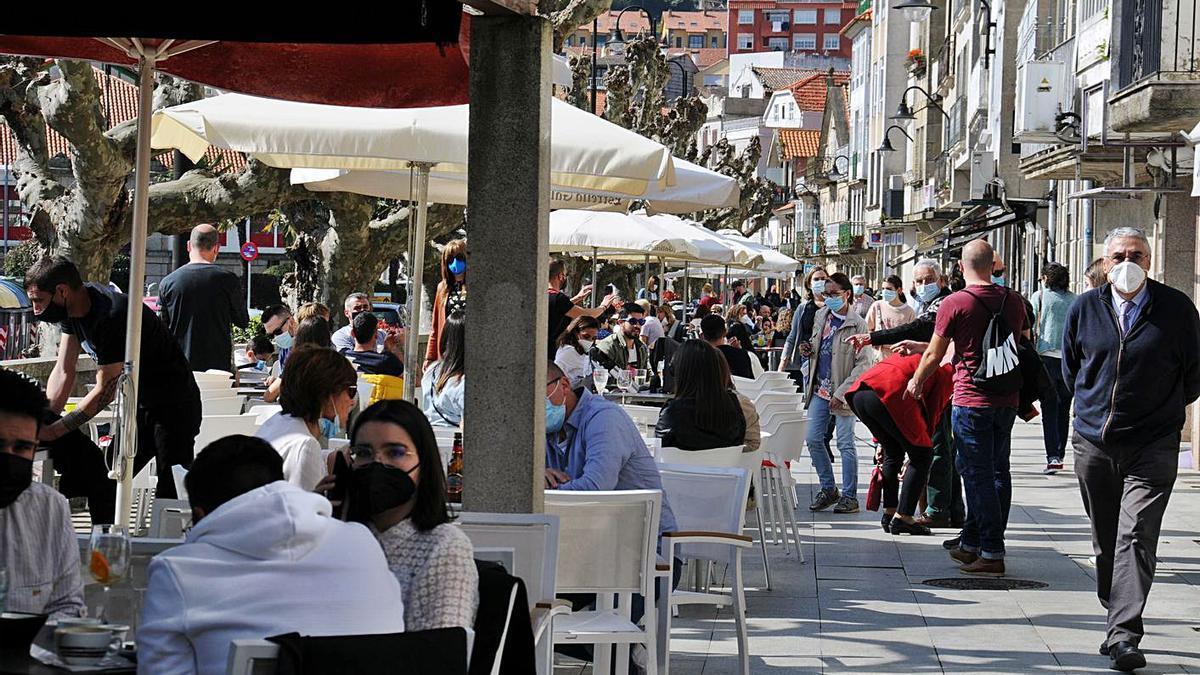 El alivio de las restricciones de movilidad y el buen tiempo llenaron Cangas de gente.   | // G.NÚÑEZ