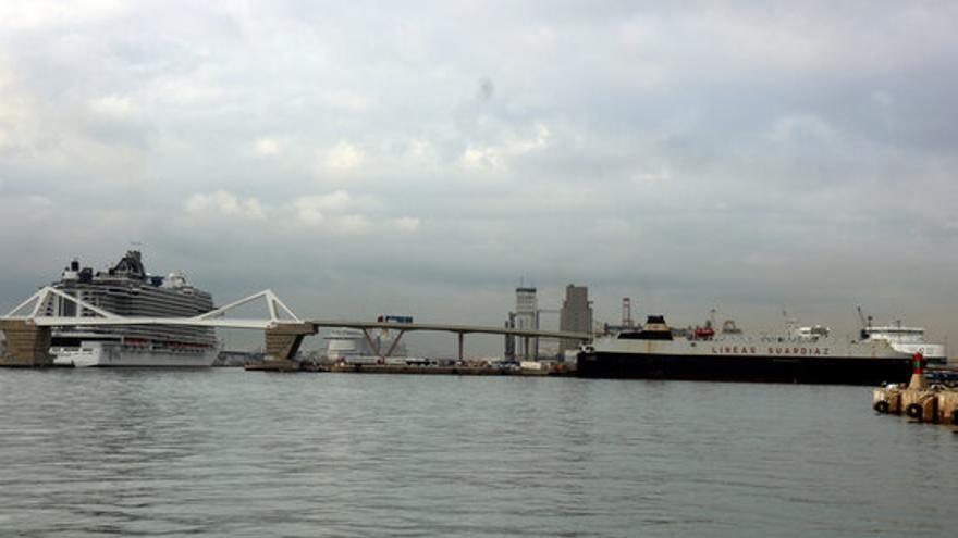 Una persona resulta ferida en la fuita de producte químic al moll d'inflamables del Port de Barcelona