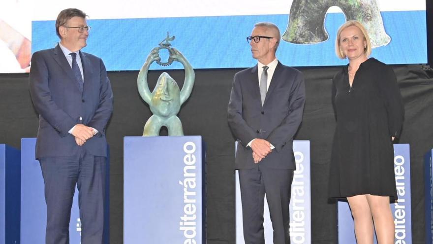 EMPRESA EL AÑO 2020: HUHTAMAKI. Ximo Puig junto a los responsables de la empresa ganadora, José María Nebot y Rosa Sagredo.
