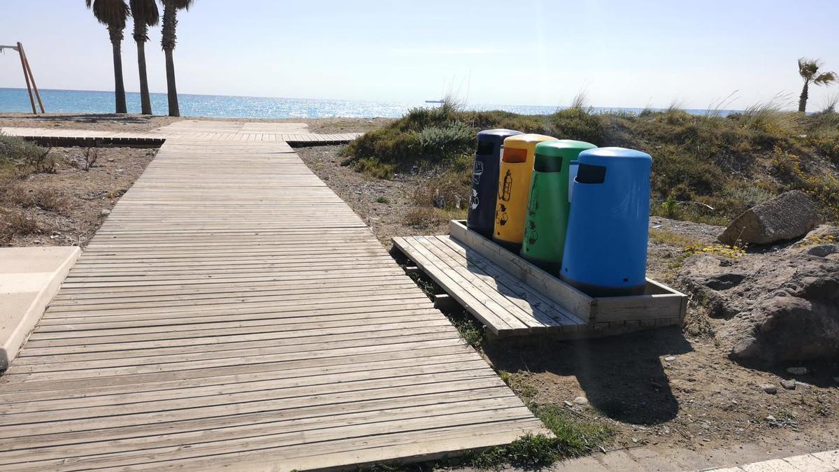 Los operarios municipales han instalado plataformas de madera para sujetar papeleras y contenedores de recogida selectiva en la playa de Almassora.