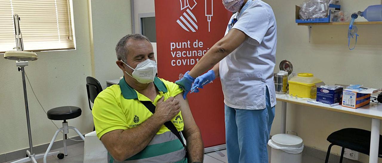 Uno de los trabajadores de Urbaser recibiendo la primera dosis contra el covid en Elche.  | MATÍAS SEGARRA