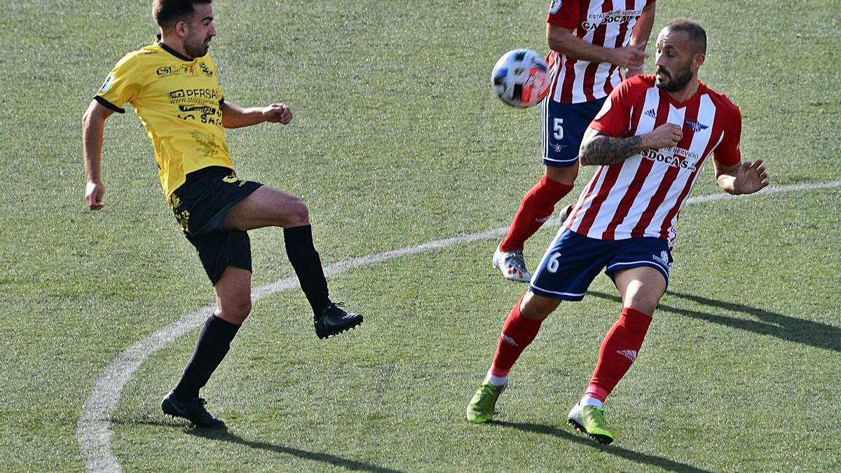 Manu Santos y Yahvé presionan a un futbolista de la UD Ourense.