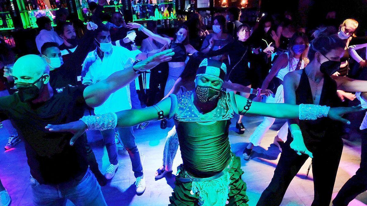 Persones ballant a l'interior d'un bar musicar durant l'assaig clínic per a l'obertura de l'oci nocturn