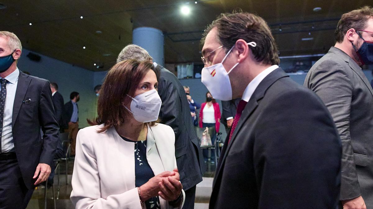 El Ministro de Asuntos Exteriores, Unión Europea y Cooperación, José Manuel Albares, conversa con la ministra de Defensa, Margarita Robles.