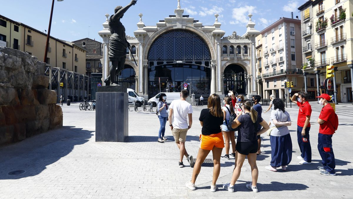 Varios turistas frente al Mercado Central