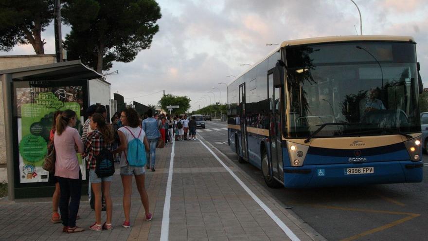 """Familias de Vinaròs acusan a la Conselleria de """"discriminar"""" con las ayudas al transporte escolar"""