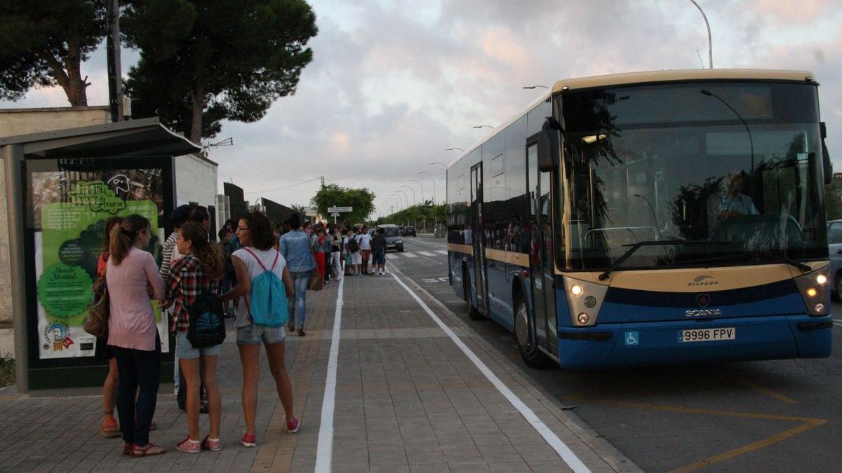 Imagen de archivo del autobús escolar que traslada a los alumnos de ESO a los centros educativos de Vinaròs.