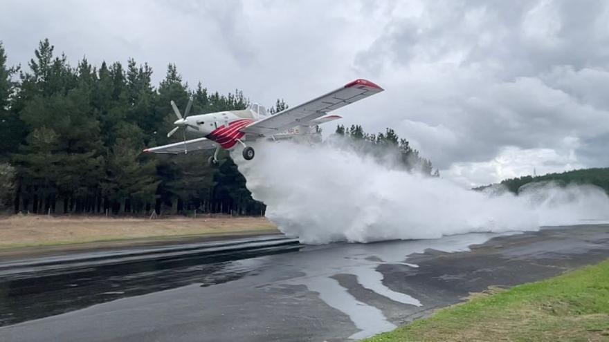 Así descargan casi tres toneladas de agua los aviones de Plysa para extinguir los incendios
