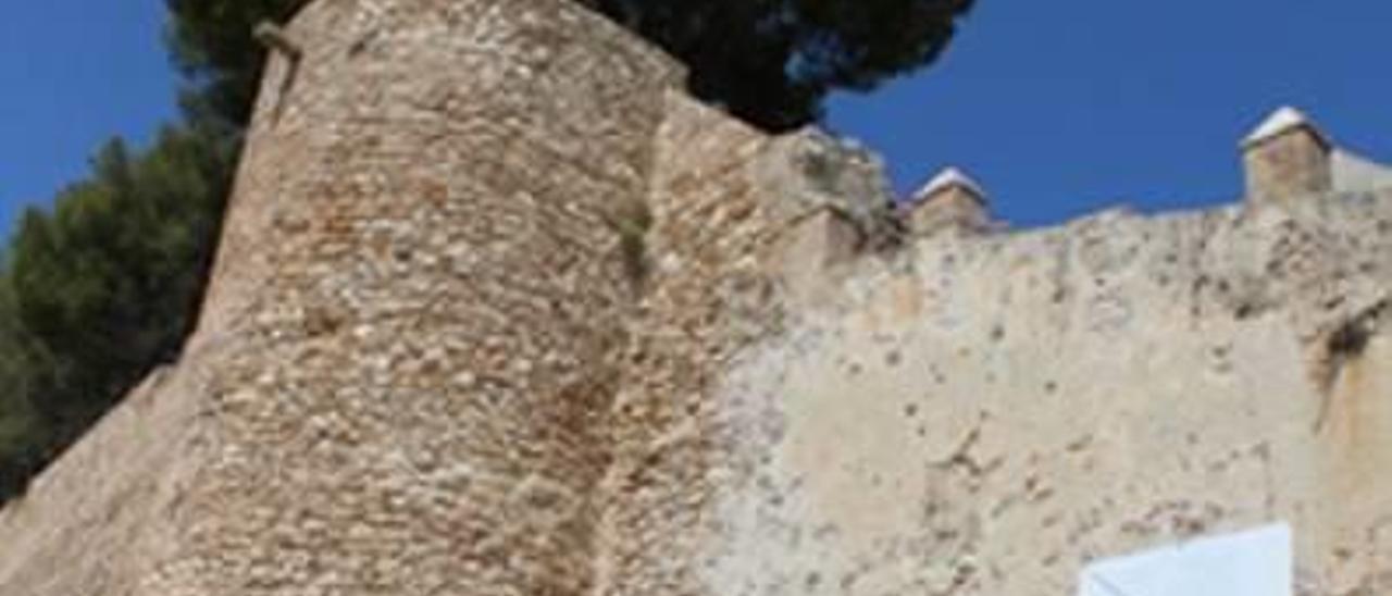 El baluarte está coronado con almenas de época nazarí.