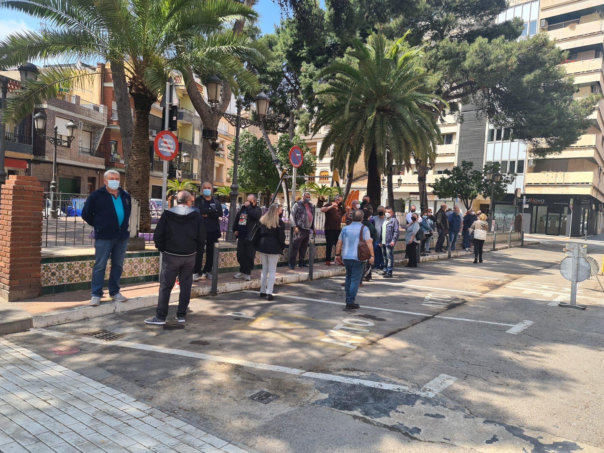 Personas esperando el bus en Albal para ir a vacunarse.