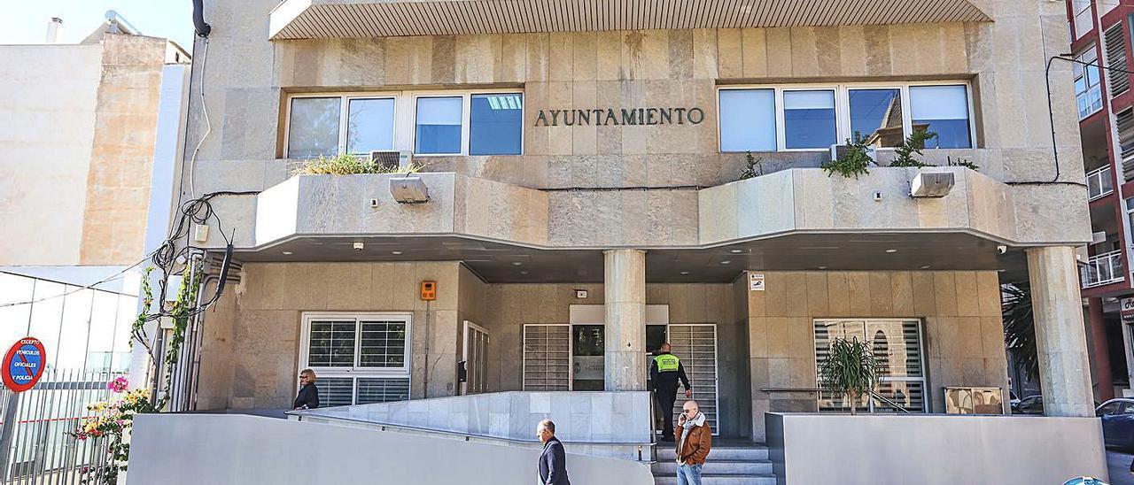Imagen de la fachada principal del Ayuntamiento de Torrevieja.
