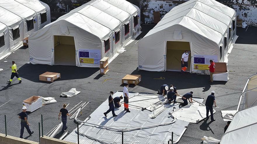 Comienza el desalojo de migrantes de los hoteles del Sur al cuartel Canarias 50