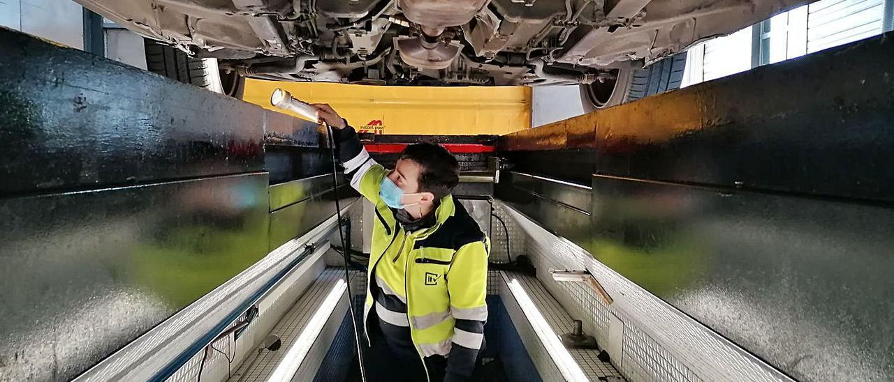 Cristina García, ayer, inspeccionando los bajos de un vehículo en la estación de la ITV del Oriente.   Eva San Román