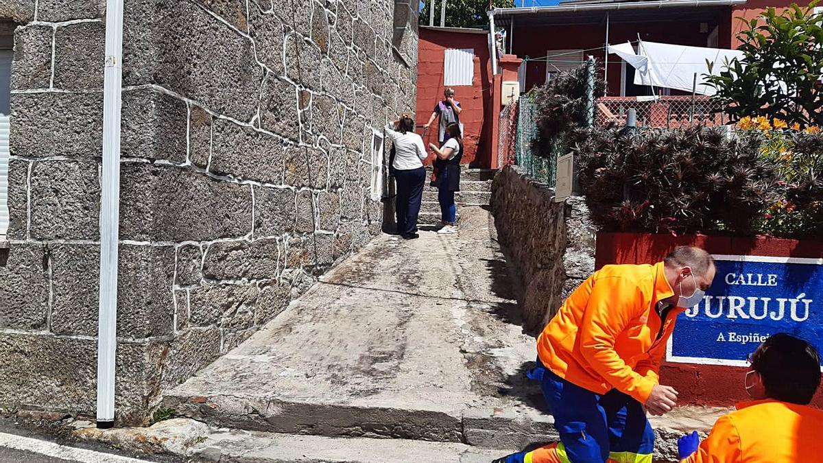 Imagen de los efectivos de emergencia atendiendo a la víctima.   | // SANTOS ÁLVAREZ