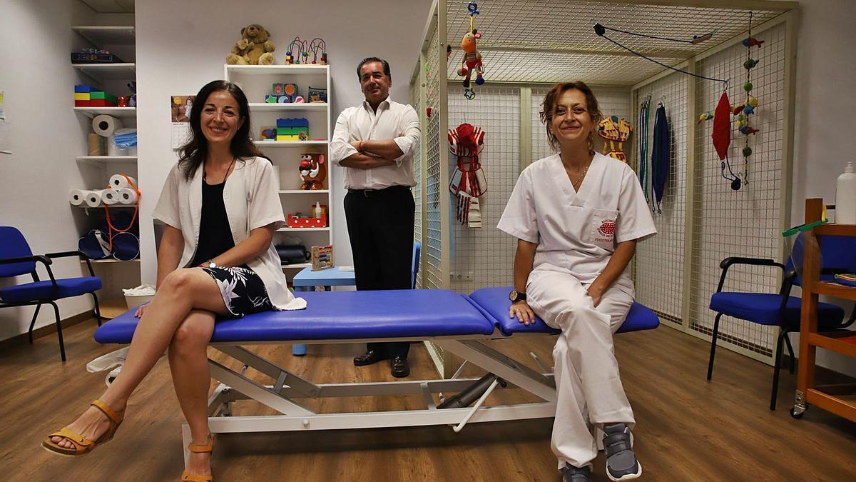 El presidente de Sonrisa de Lunares, Luis González, con la psicóloga Rocío Junco y la fisioterapeuta Susana Raya.