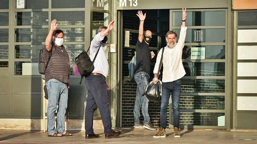 La jutge suspèn la semillibertat de cinc dels polítics presos