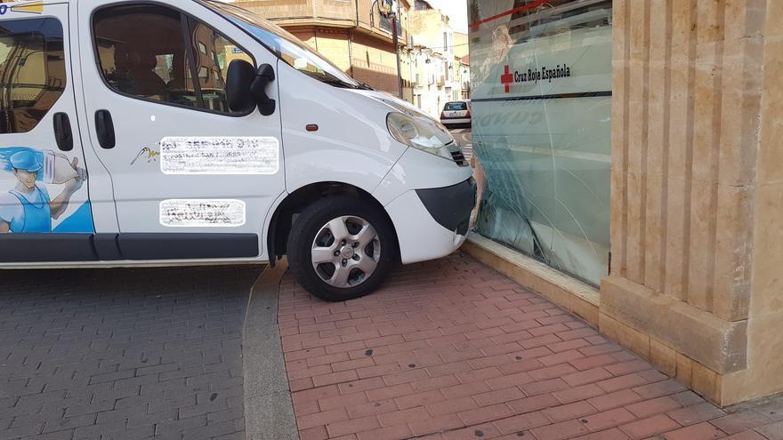 Una furgoneta sin conductor se precipita contra la fachada de Cruz Roja Benavente