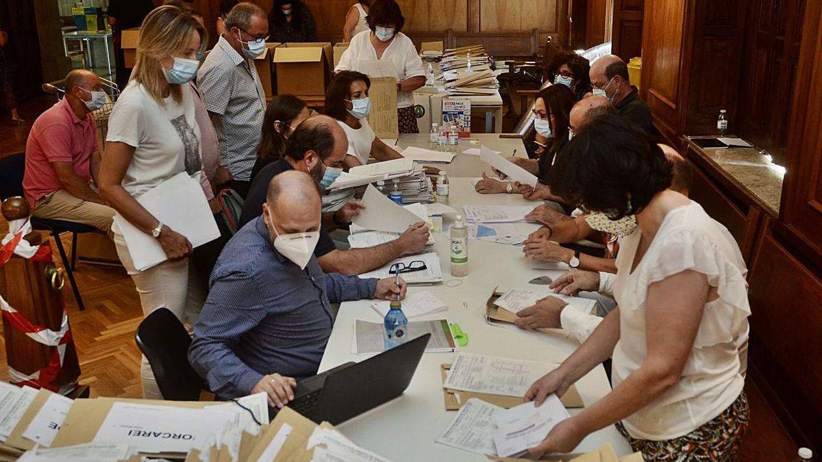 Recuento del voto de la emigración, ayer, en la Audiencia Provincial de Pontevedra.