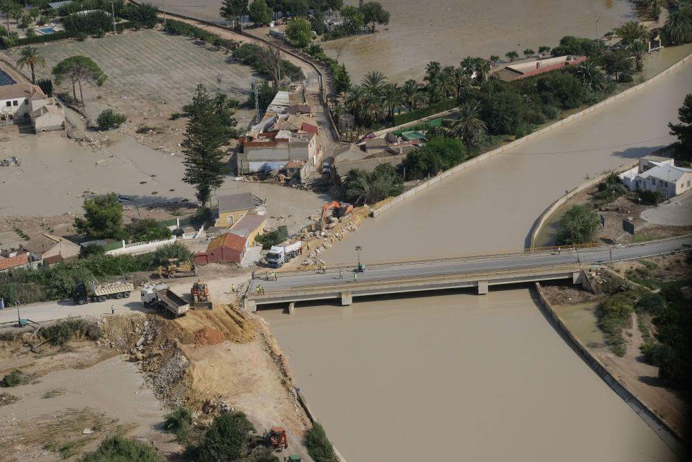 Labores de reparación de dos tramos de mota del río en Almoradí que cedieron con la riada