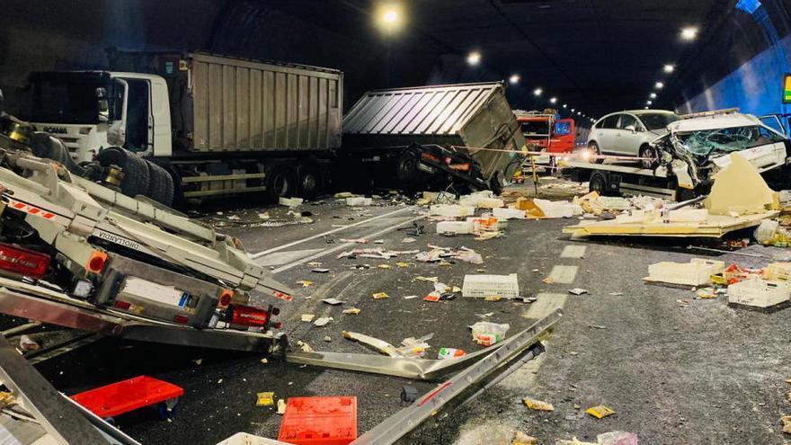 Un ferit greu en xocar dos camions i tres cotxes al túnel de Bracons