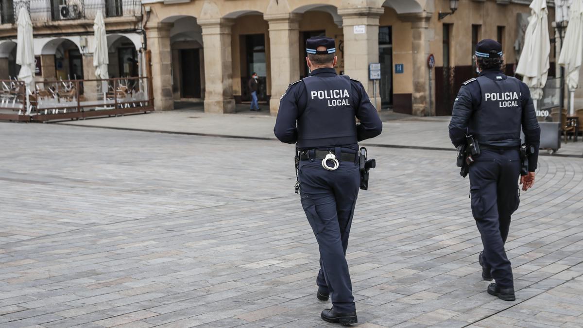 Agentes de la policía local patrullando en Cáceres.
