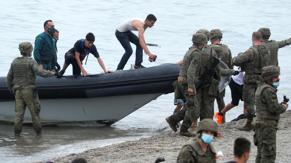 El Ejército se despliegua en Ceuta ante la llegada masiva de inmigrantes.