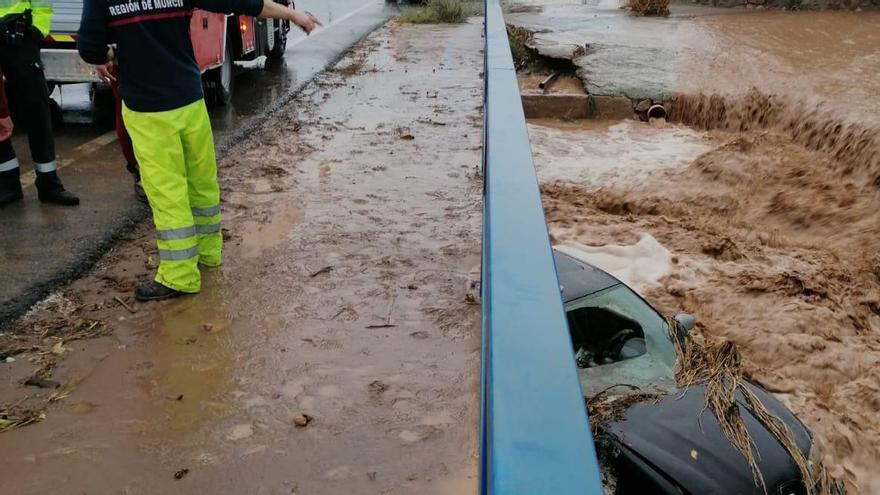 Rescatado un conductor arrastrado por las lluvias en una rambla de Águilas