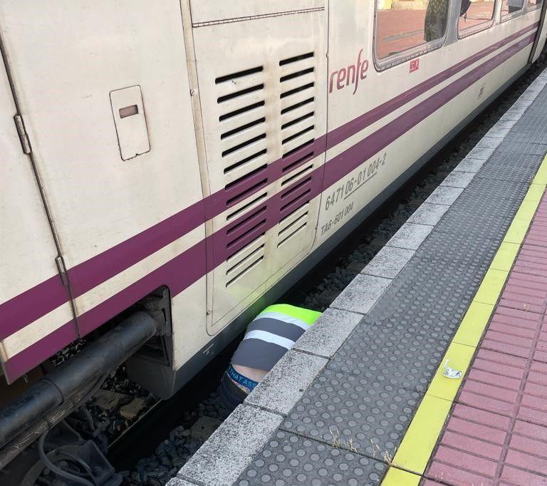 Un operario trabaja en el tren averiado esta tarde en Navalmoral.