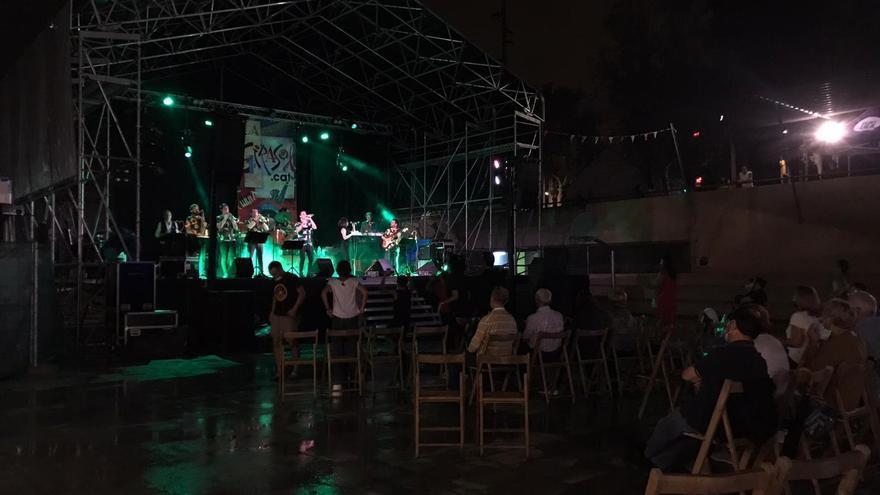 Un grup de joves fa fugir la policia després de llançar ampolles als agents després d'un concert a Tiana, al Maresme