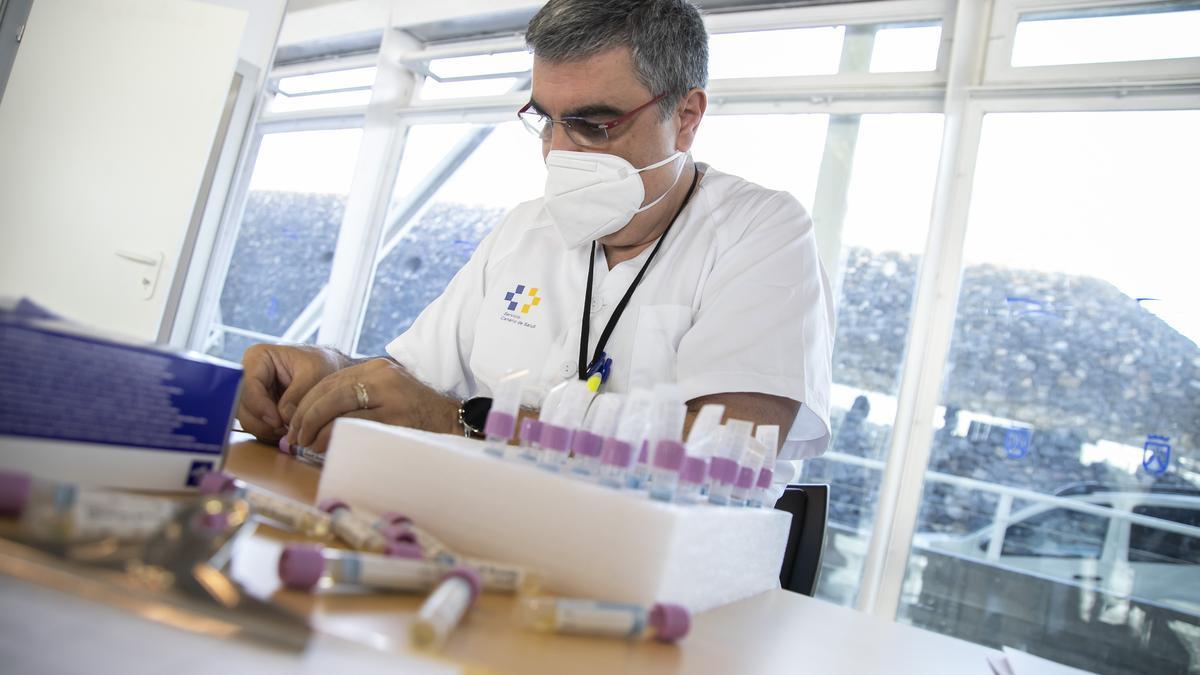 Sanitario del Servicio Canario de Salud con diversas muestras.