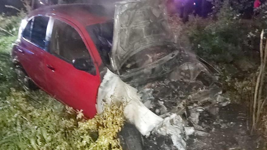 Un coche calcinado tras una salida de vía en Moraña